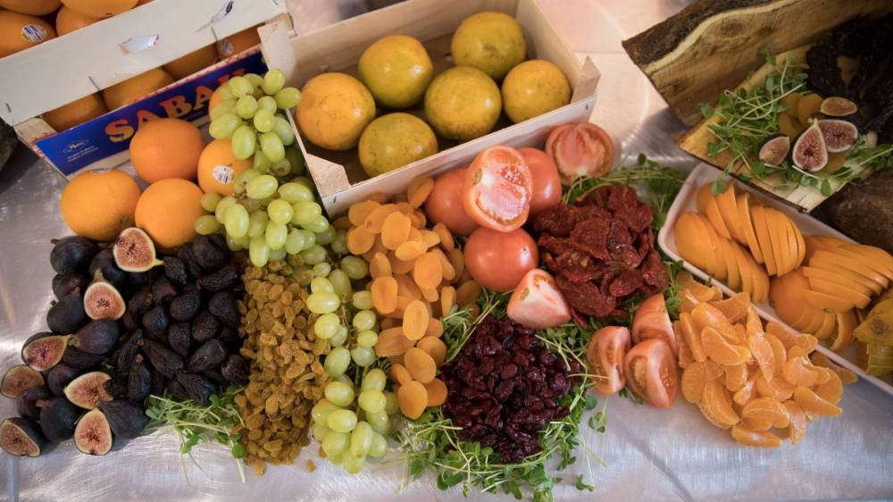 Tray of figs, grapes and other fruit