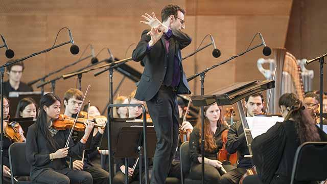 Alan Pierson conducts Bienen's Contemporary Music Ensemble. Photo by Todd Rosenberg.
