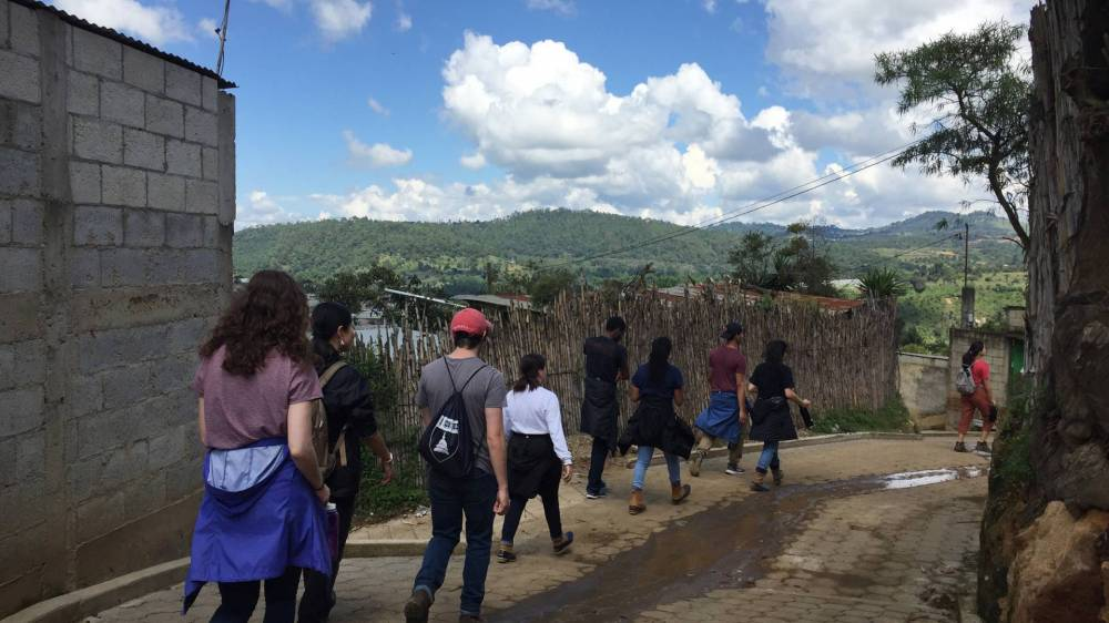 Students walking from a visit in San Rafael El Arado
